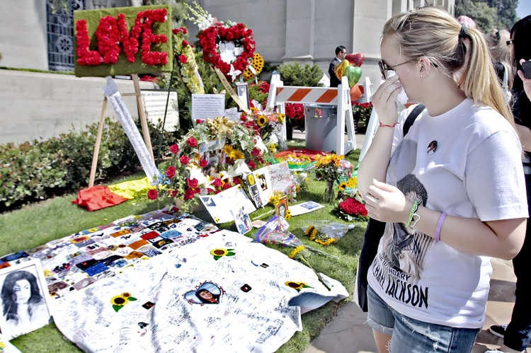 michael-jackson-2nd-anniversary-of-his-death-forest-lawn-memorial-park-cemetary-1.large.jpg
