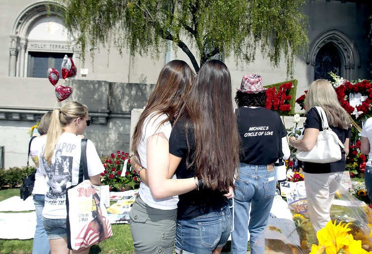 michael-jackson-2nd-anniversary-of-his-death-forest-lawn-memorial-park-cemetary-4.large.jpg