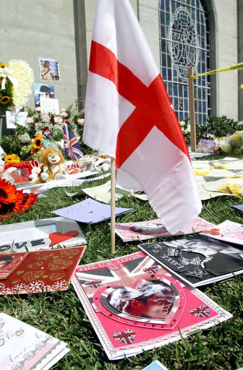 michael-jackson-2nd-anniversary-of-his-death-forest-lawn-memorial-park-cemetary-5.large.jpg