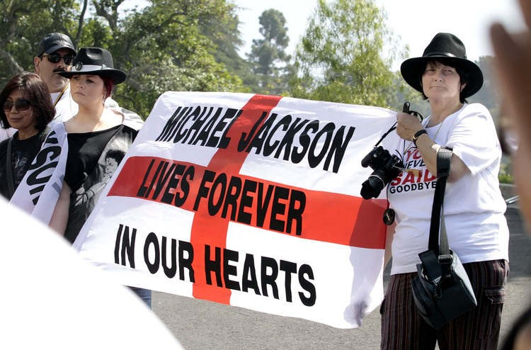 michael-jackson-2nd-anniversary-of-his-death-forest-lawn-memorial-park-cemetary-7.large.jpg