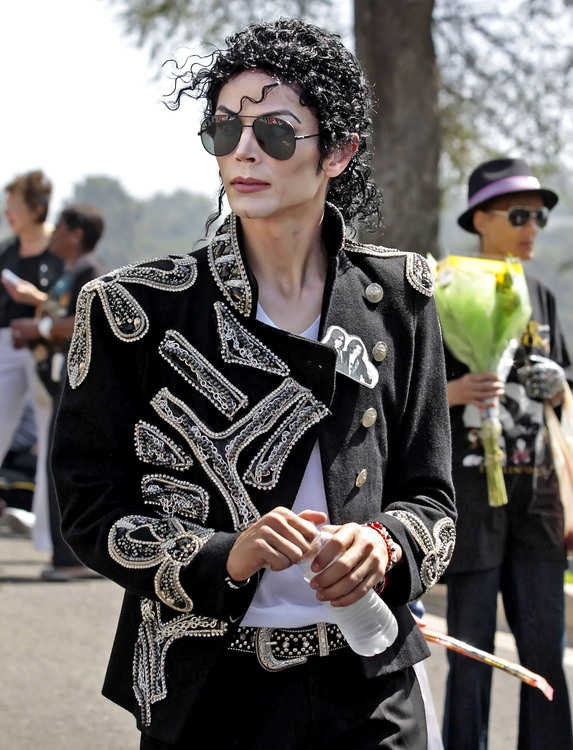 michael-jackson-2nd-anniversary-of-his-death-forest-lawn-memorial-park-cemetary-9.large.jpg