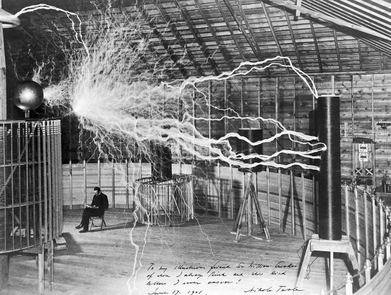 Nikola_Tesla_with_his_equipment_Wellcome_M0014782groot.jpg