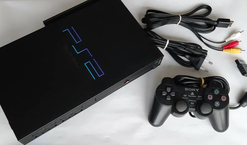 PS2 - Console SCPH-39004 modded w/ FreeMcBoot + emulators + 2500 games preinstalled on 160 GB harddisk (PAL)