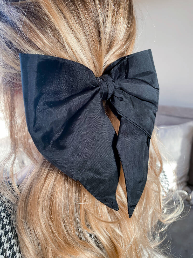 Black swallow bow