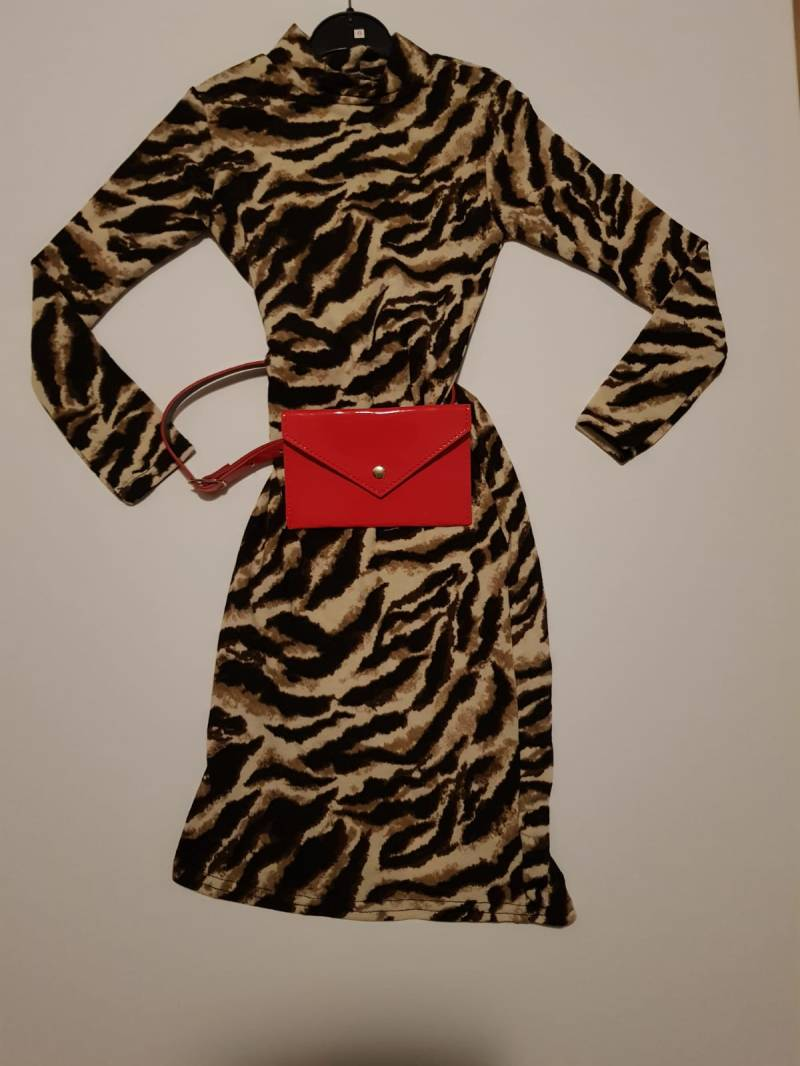 Panter dress met rood heuptasje