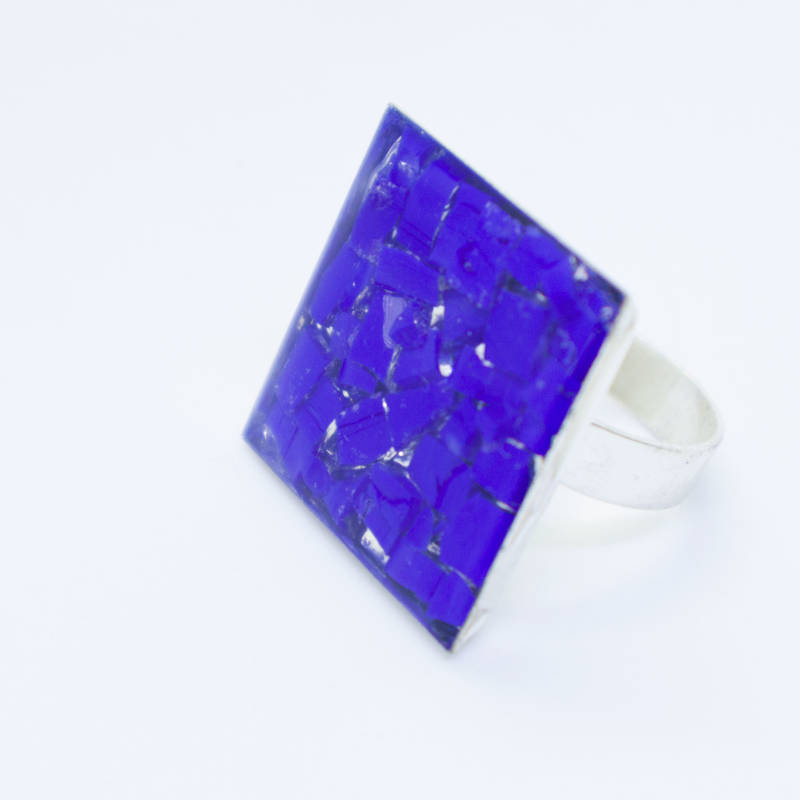 Ring ingelegd met blauw smalti glas -Silver plated ring with an inlay of blue smalti glass