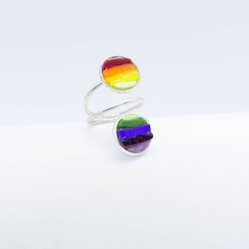 Verzilverde grotere ring in regenboogkleuren - Silver plated medium size ring in rainbow colors