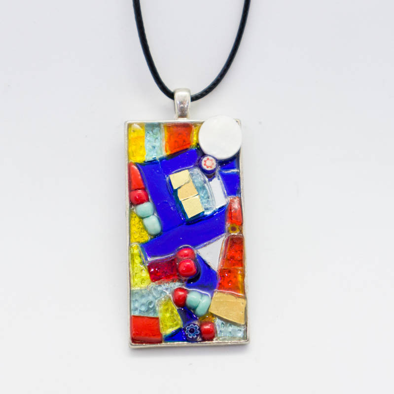 Zilverkleurige hanger in rood, geel, blauw en goud/Silver colored pendant in red, yellow and blue