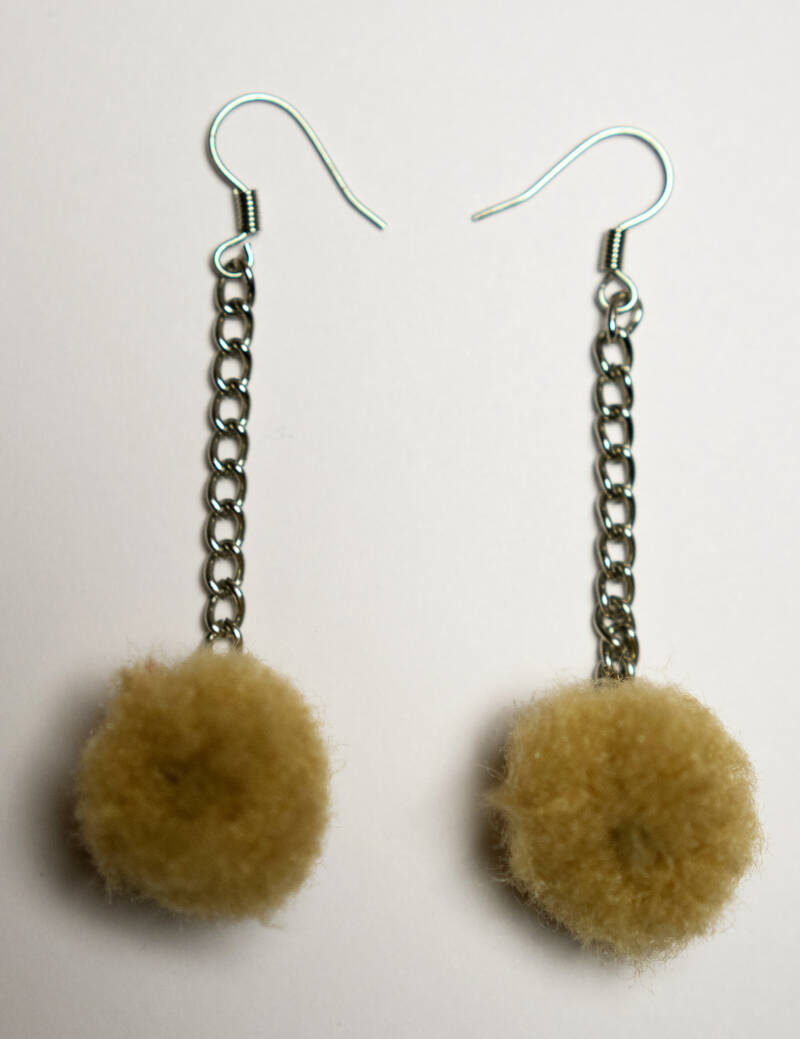 Pompom earrings brown