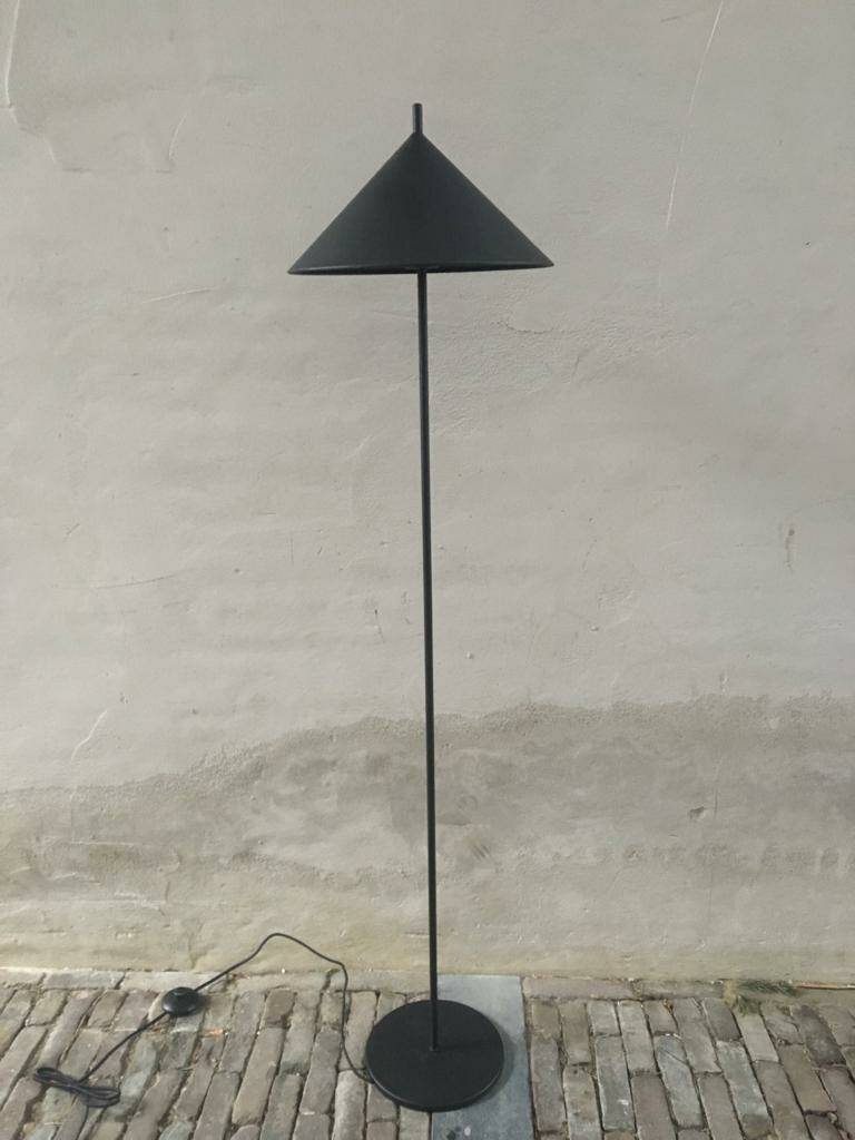 Metal triangle floor lamp Matt zwart