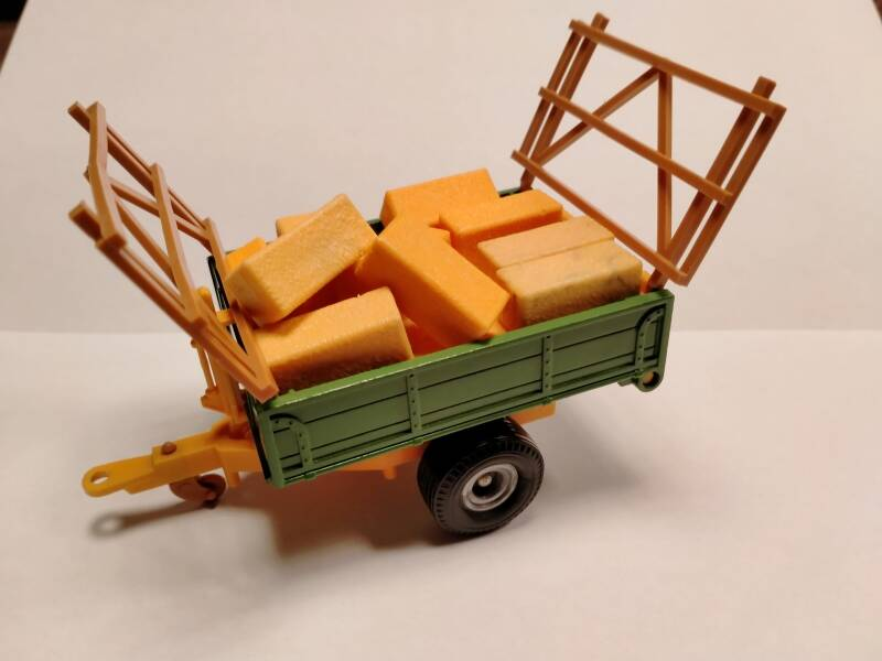 51#886. Britains tipping trailer 9565