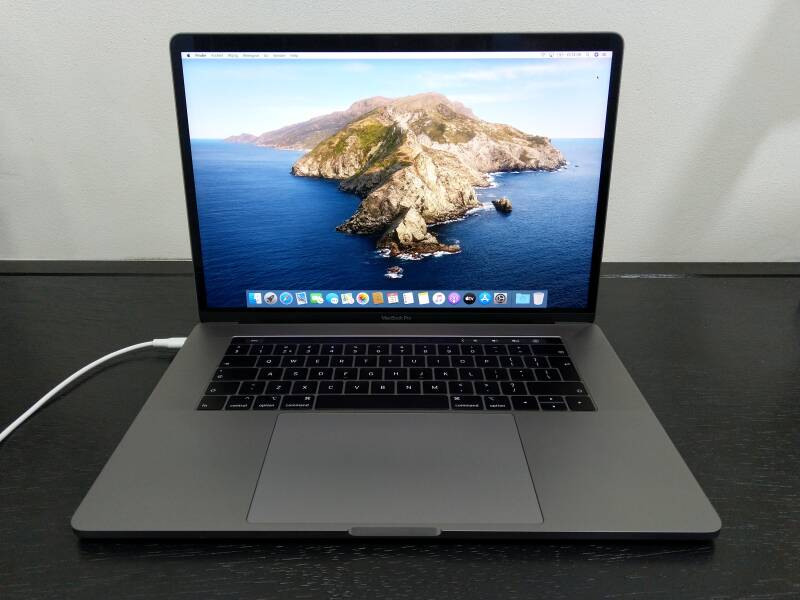 """SU - SMBP 15028 Macbook Pro 15"""" Touch Bar en Touch ID, Slightly Used"""