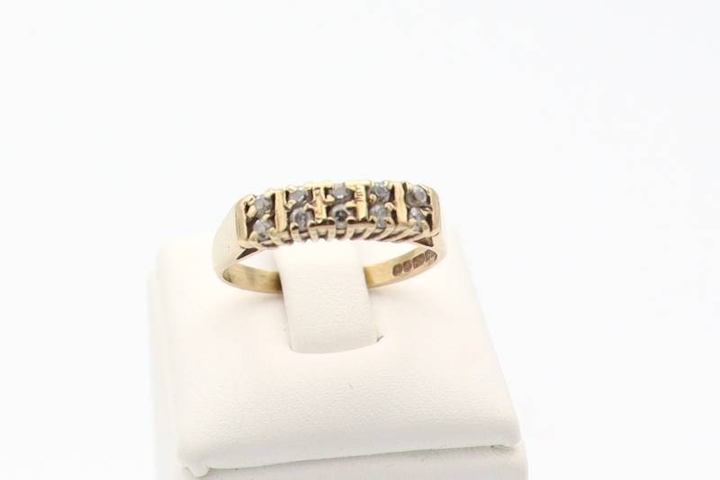 9 Karaat. Ring met 10x moissanite diamonds. Maat: 16.6. Nr: 2020/68.