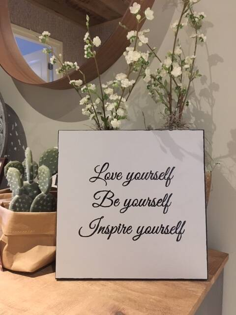 Tekstplankje 'love yourself, be yourself, inspire yourself'