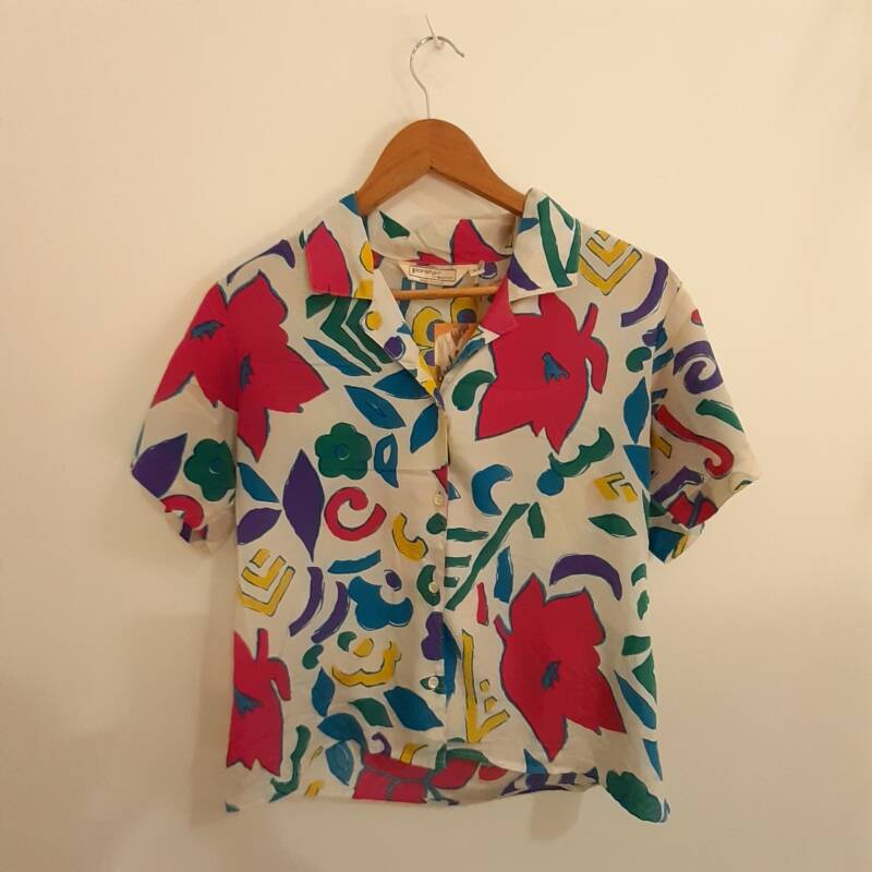 B41. bright floral design blouse - size M