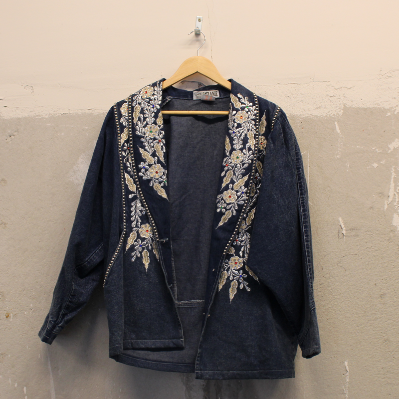 F05. Stylish Denim Jacket - women's M