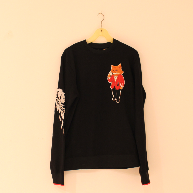 D33. black embroidered sweatshirt - size L