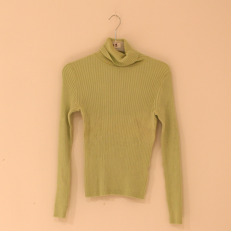 F10. green turtleneck - size M