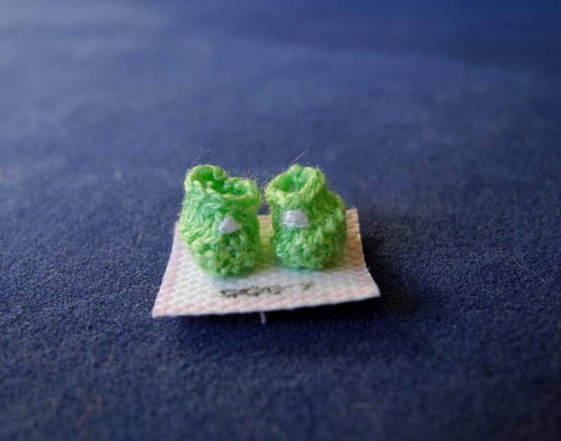 Groene babyslofjes met wit borduurtje nr 1 - Green babies shoes with white embroidery nr 1
