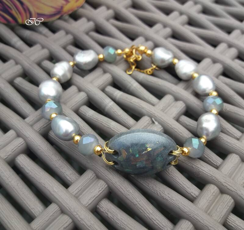 Bracelet with gray pearls and crystals PA08