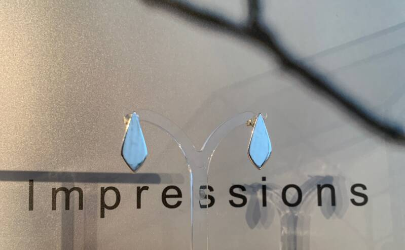 Drops with impression.