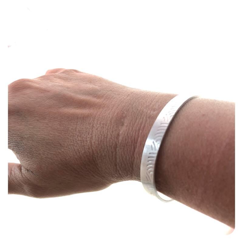 Small silver bangle with print.