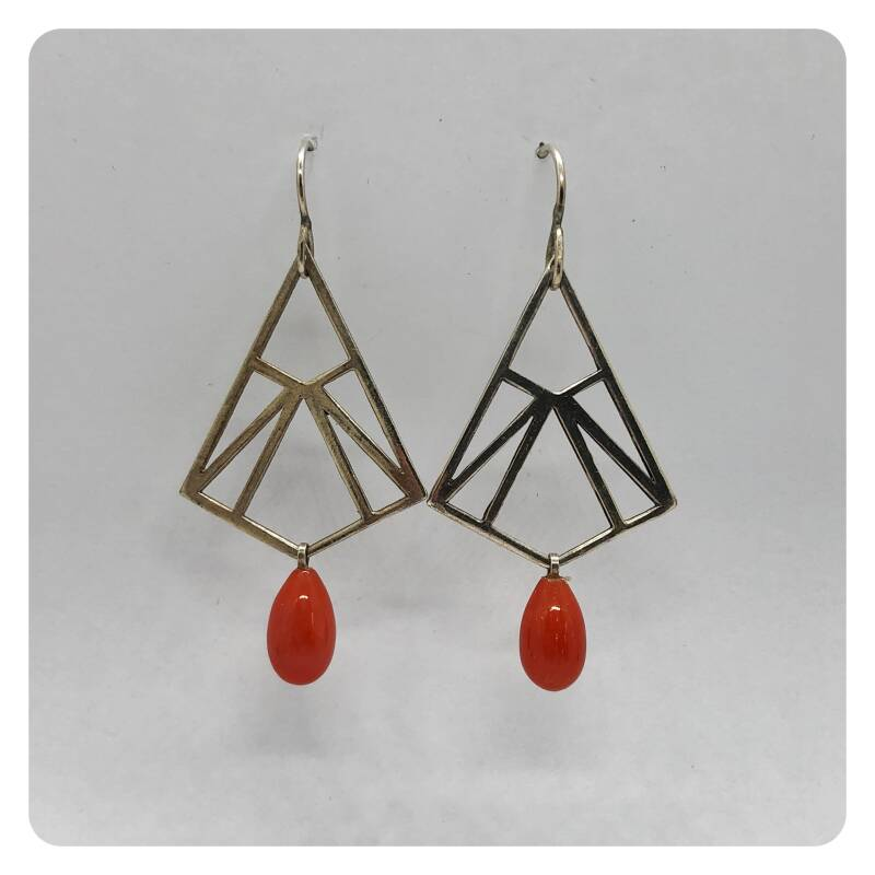 Very trendy geometrical silver earrings with precious corals