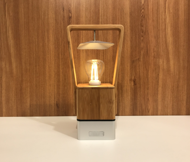 1LA002. Bamboo lamp met USB oplader systeem.