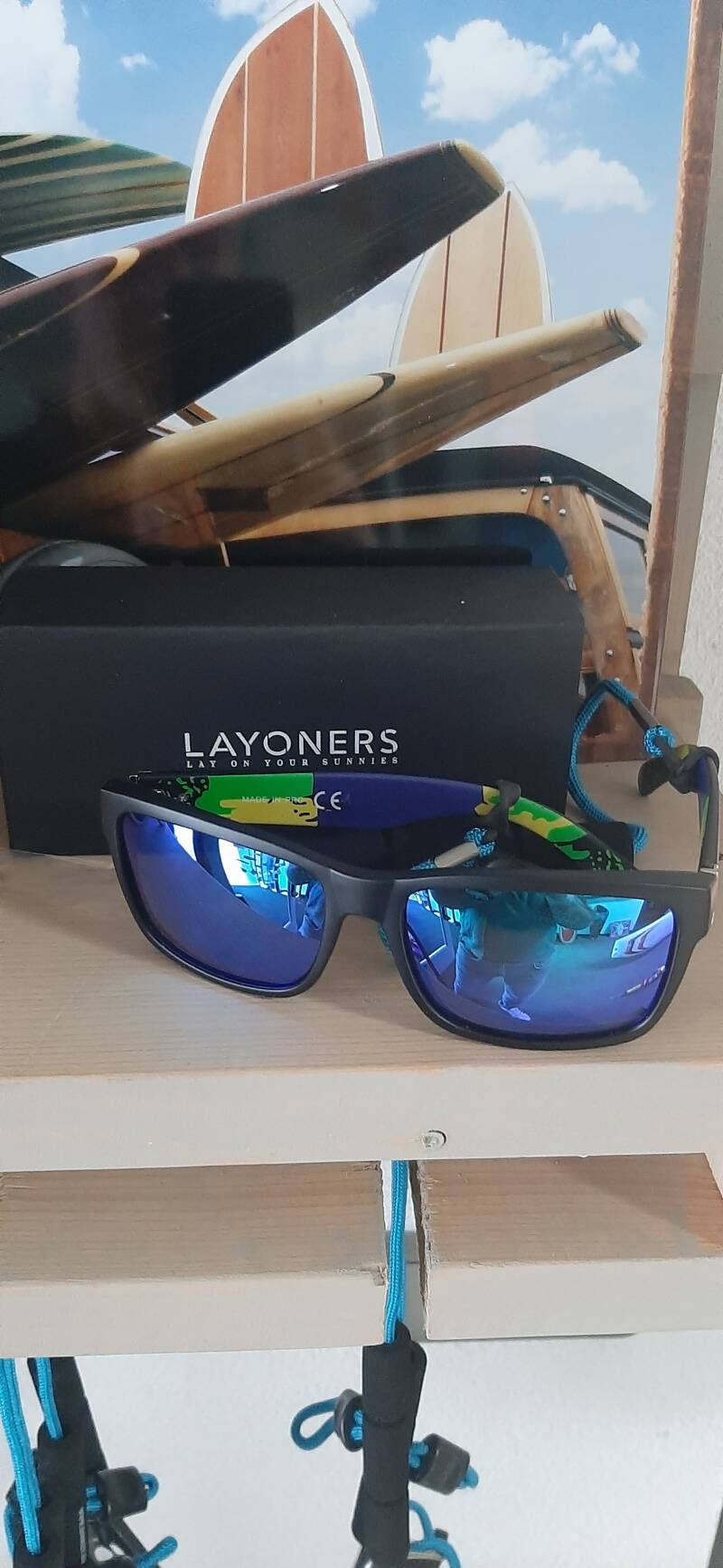 Sunglasses with floating cord