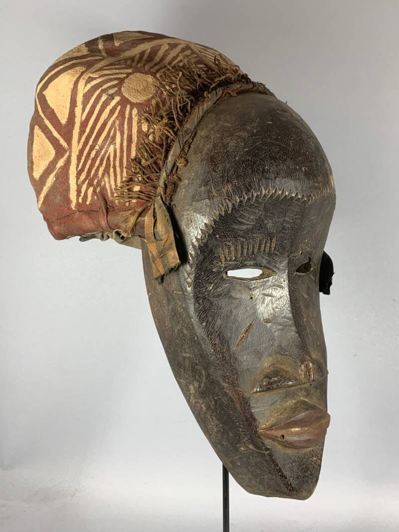 200962 - Old Tribal Used African mask with cap from the Dan - Liberia.
