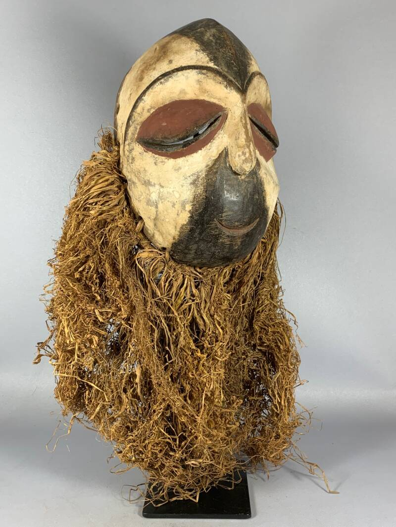 201040 - Old African Tribal used mask from the Tsogo with Raffia - Gabon.