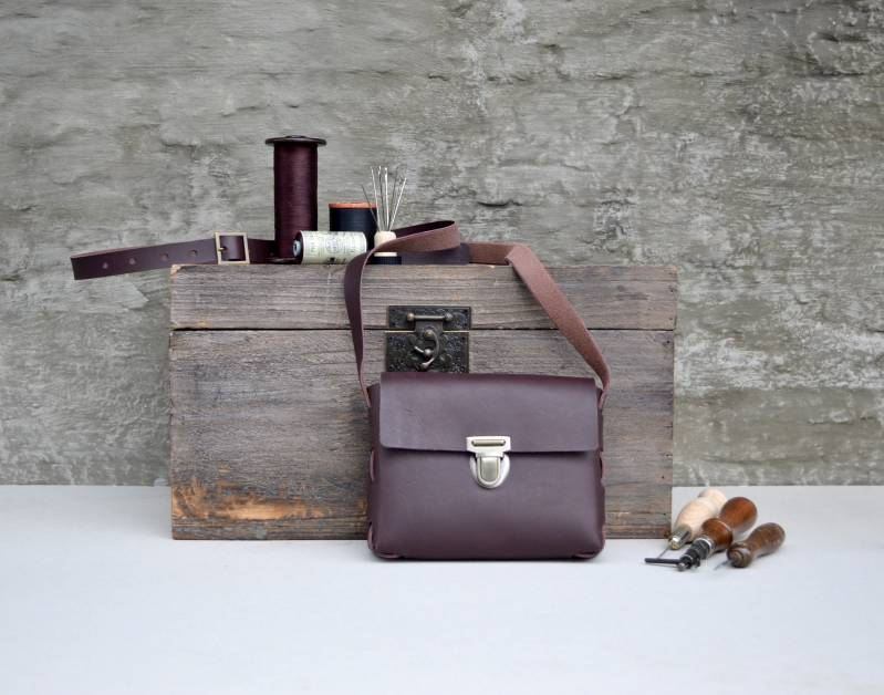 Small handbag with press-lock closure - plum