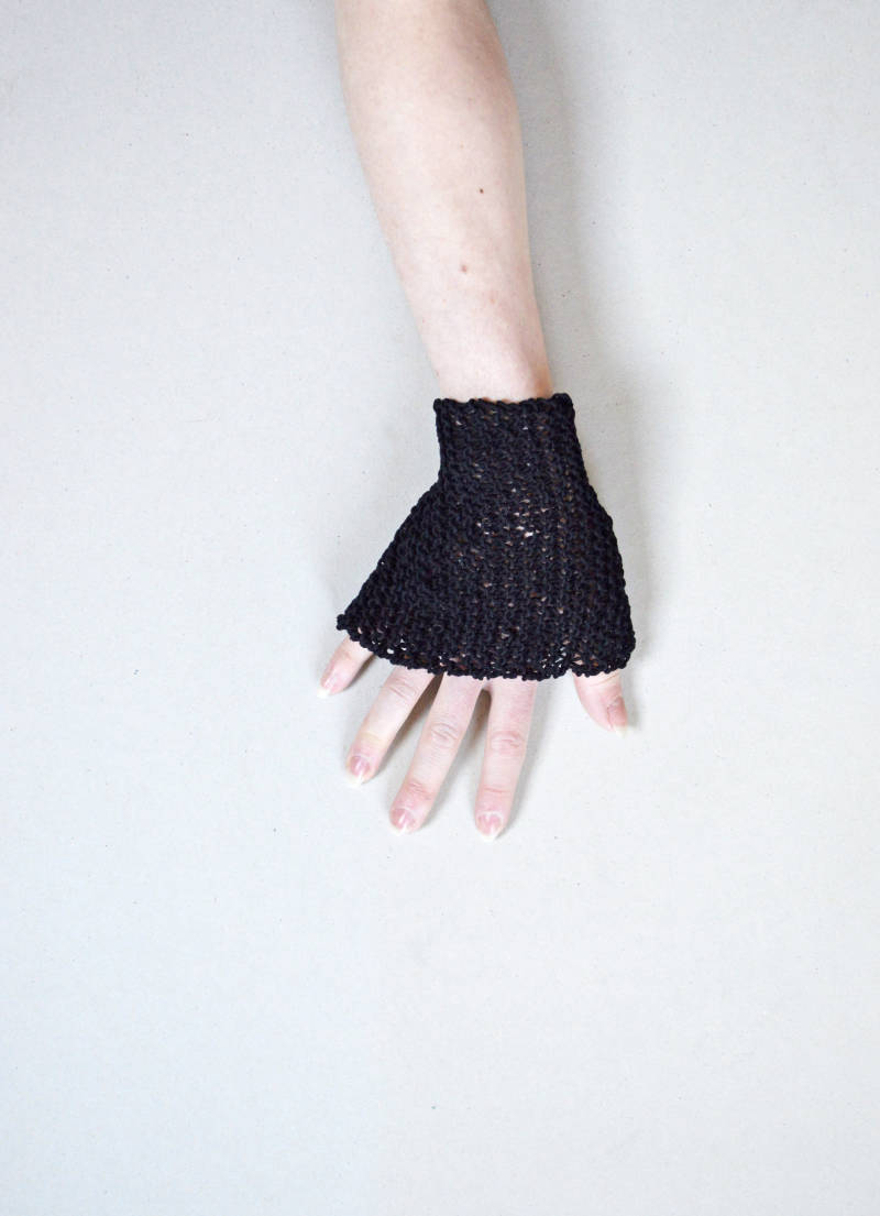 Knitted linen cuff - black