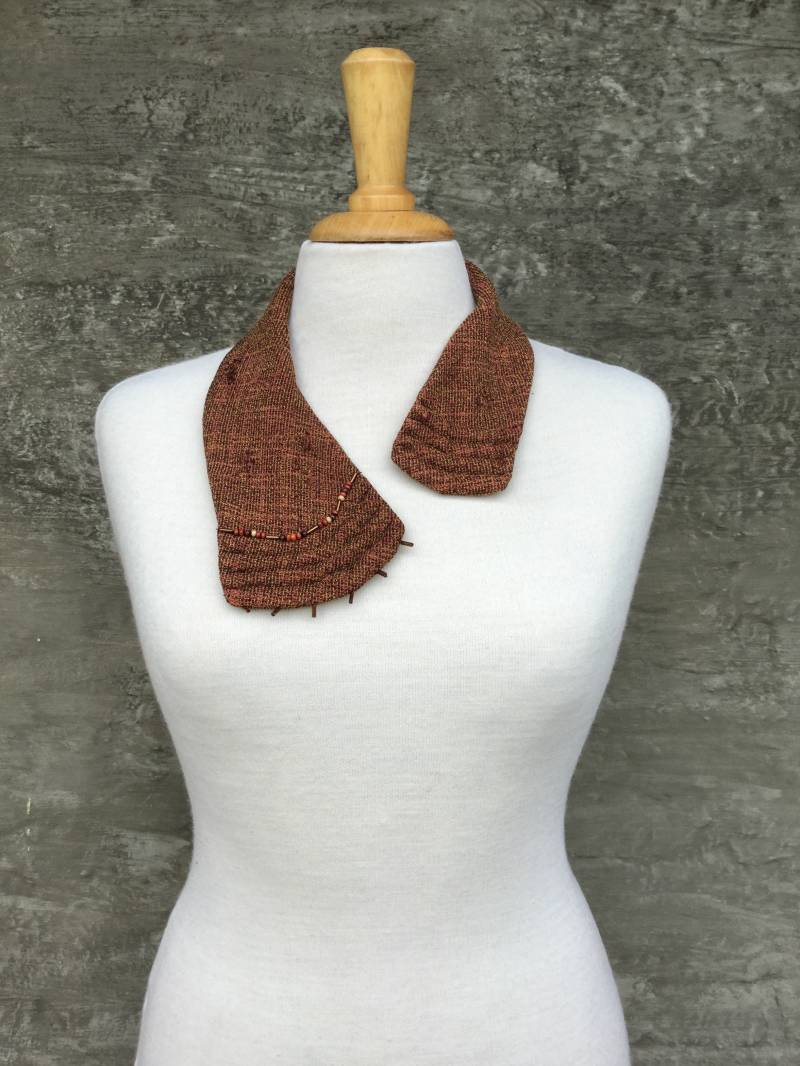 Rust-coloured collar with beads