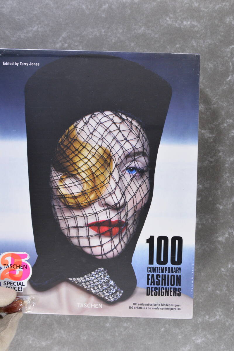 Jones, Terry  -  100 Contemporary Fashion Designers     (New in plastic!)  XXL 6000 g!