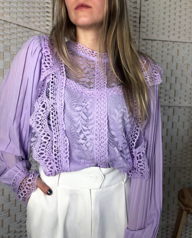 Lila broderie blouse