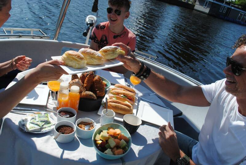 Breakfast & Lunch including 3 hours sailing