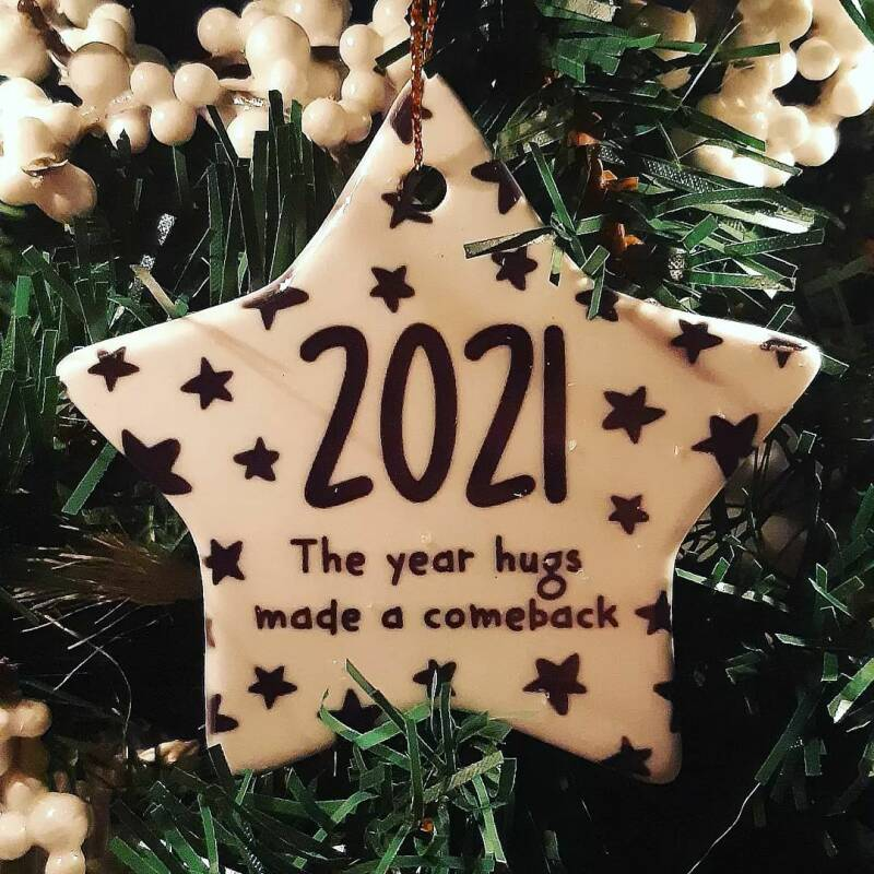 Kerstster hanger 2021: The year hugs made a comeback