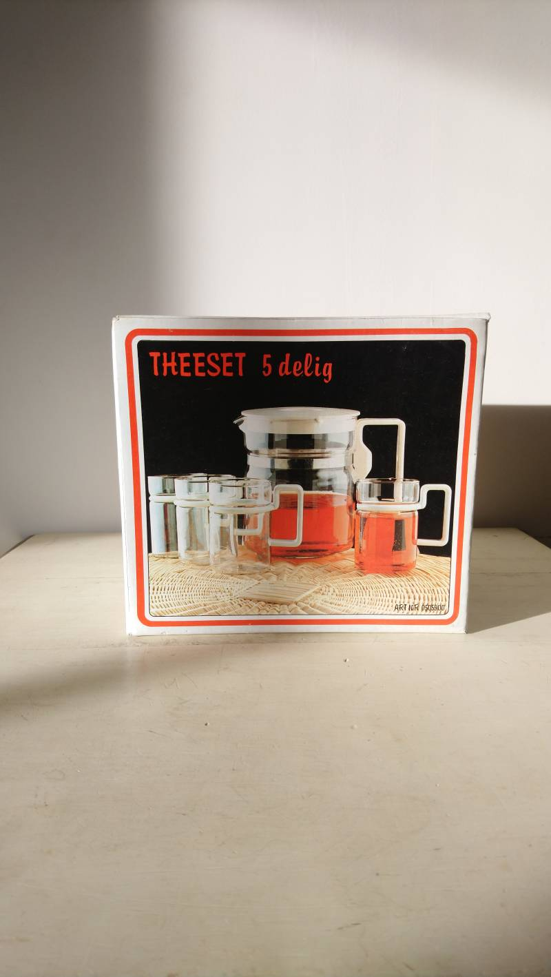 Vintage theeset in doos; theepot met 4 theeglazen / tea set in box; teapot and 4 glasses