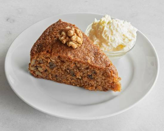 Carrotcake met clotted-cream topping