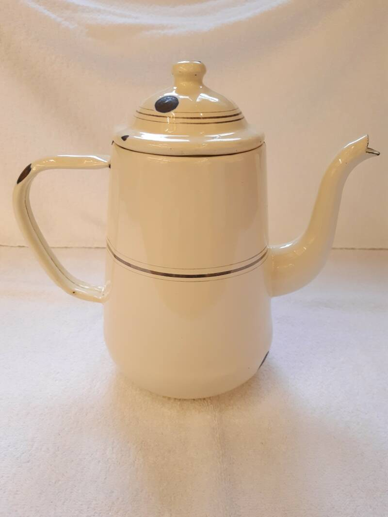 Oude emaille koffiepot crème