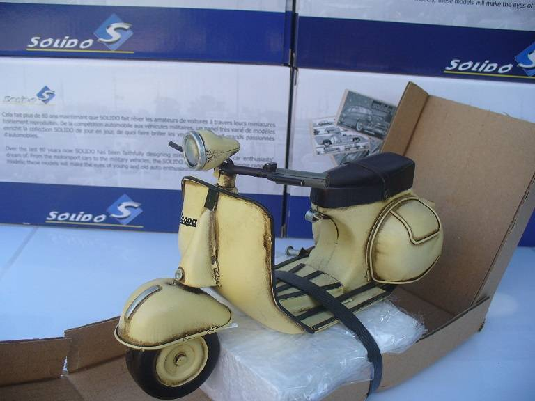 Vespa Scooter Creme Tinplate Collectables 1/12