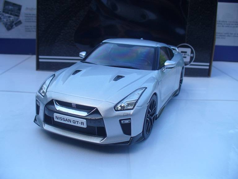 Nissan GT-R Skyline Zilver Triple 9 Collections 1/18