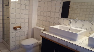 master bathroom of maison d'Isabel