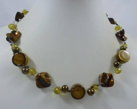 KKbr013420: Ketting in camel/cognac bruin van glas, keramiek en Mother of pearl.