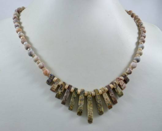 KKros010720: Ketting in zalmroze met iets pastel taupe, lila, turquoise.