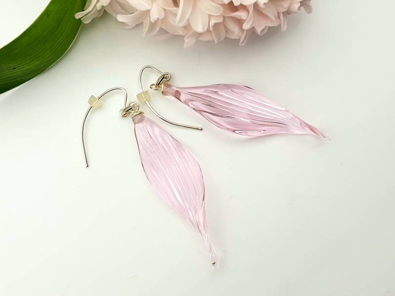 Long striped and curled relief in soft pink