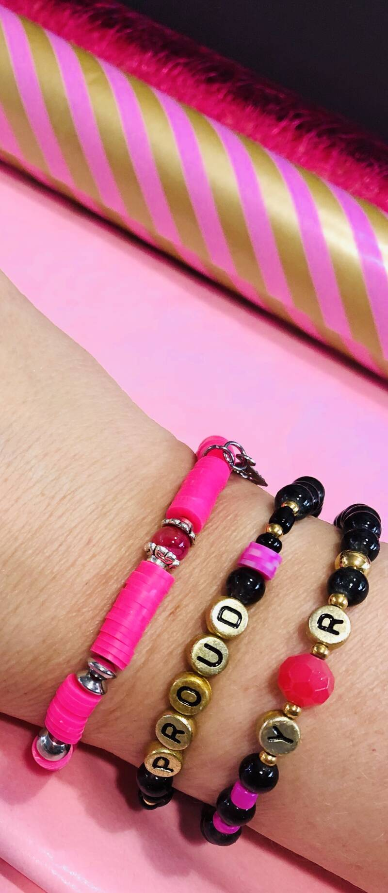 Armbandje happy pink