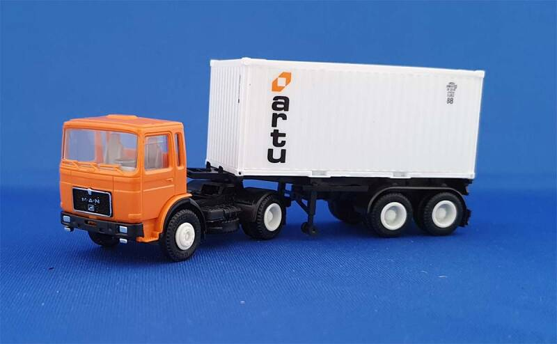 Herpa 820220 - MAN F8 met 20 ft Containerchassis (9203)