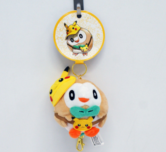 Officiële Pokémon Center Rowlet 'Pikachu fan poncho' plush